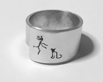 Personalized text. Open aluminum band ring with she hugs her cat.