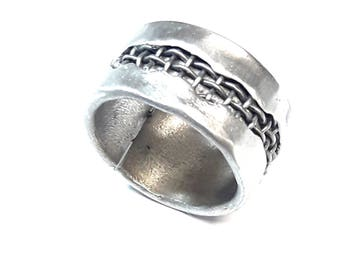 Aluminum ring (11 mm wide) with steel mesh window inside and customized text. Matt finish.
