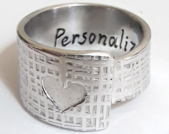 Open aluminum band ring with engraved heart, jute texture, with internal custom text. Mother's Day gift, Mom gift.