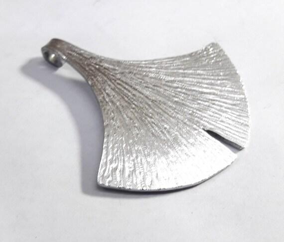 con texto personalizado Colgante de aluminio que representa una hoja de Ginkgo Biloba