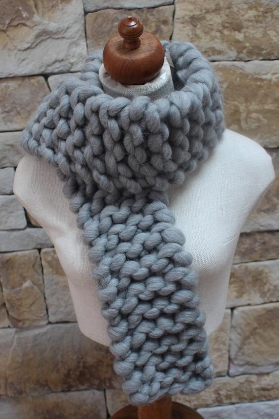 Écharpe en gris tricot insolite. Foulard en lourd. Écharpe   Etsy cf1cca628e4