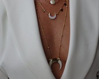 Long necklace or long necklace, golden, with pendant in ncre in the shape of a horn and small freshwater pearls, SAND necklace