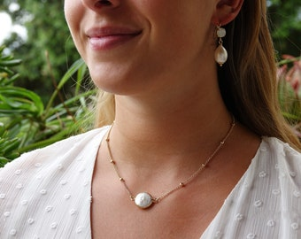 Fine necklace, choker, gilded with fine gold and adorned with a white mother-of-pearl pendant, SUN necklace