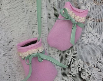 Cute Baby mittens * pink/antique lace/velours strap/Pearl knot/Glass button/cuddly/Warm/bows/Pink & Mint