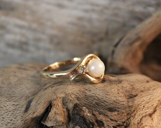 Vintage 10k Gold Pearl Diamond Ring 3 Grams Solitaire Gold Womans Ring Size 6 Womans Yellow Gold Rings Vintage Pearl Vintage Diamond Rings