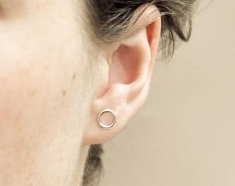 single O shaped stud earring