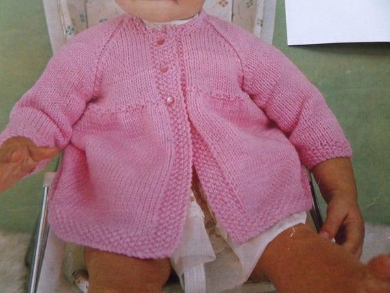 """DK Knitting Pattern Baby Boys Girls Cardigan V Or Round Neck Size 20//24/"""" Chest"""