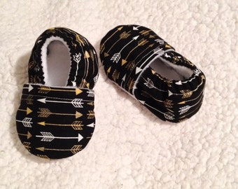White & Gold arrows in Black Baby Booties (Prints may vary), Baby Moccasins, Baby Booties, Crib shoes, Baby shoes, Baby shower gift
