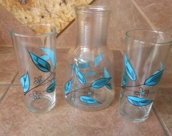 Hard to Find Anchor Hocking Ribbed Neck Carafe and Matching Ice Tea Tumbers, Striking Turquoise Leaf Design, Excellent Condition, Great Find