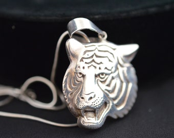 China Collectable Handmade Carved Statue Tibet Silver Amulet Pendant Zodiac Tiger Easy To Lubricate