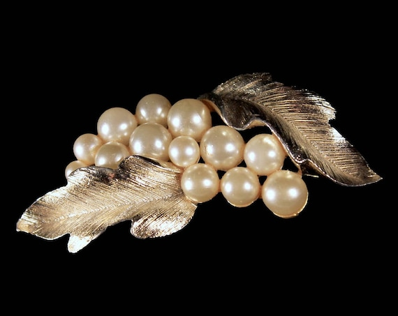 Lisner Faux Pearl Brooch, Gold Tone, Locking C Clasp, Gold Oak Leaf, Fashion Pin, Costume Jewelry, Collectible