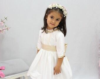 Vestito ragazza di fiore di seta avorio decorazioni beige. Francese la manica. Ragazza, abito damigella d'onore, nozze. Comunione, compleanno