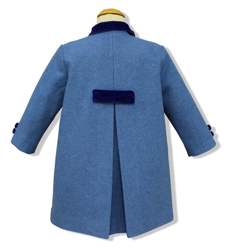 a2d502905f2d7 Abrigo para niños modelo clásico inglés en paño azul francia