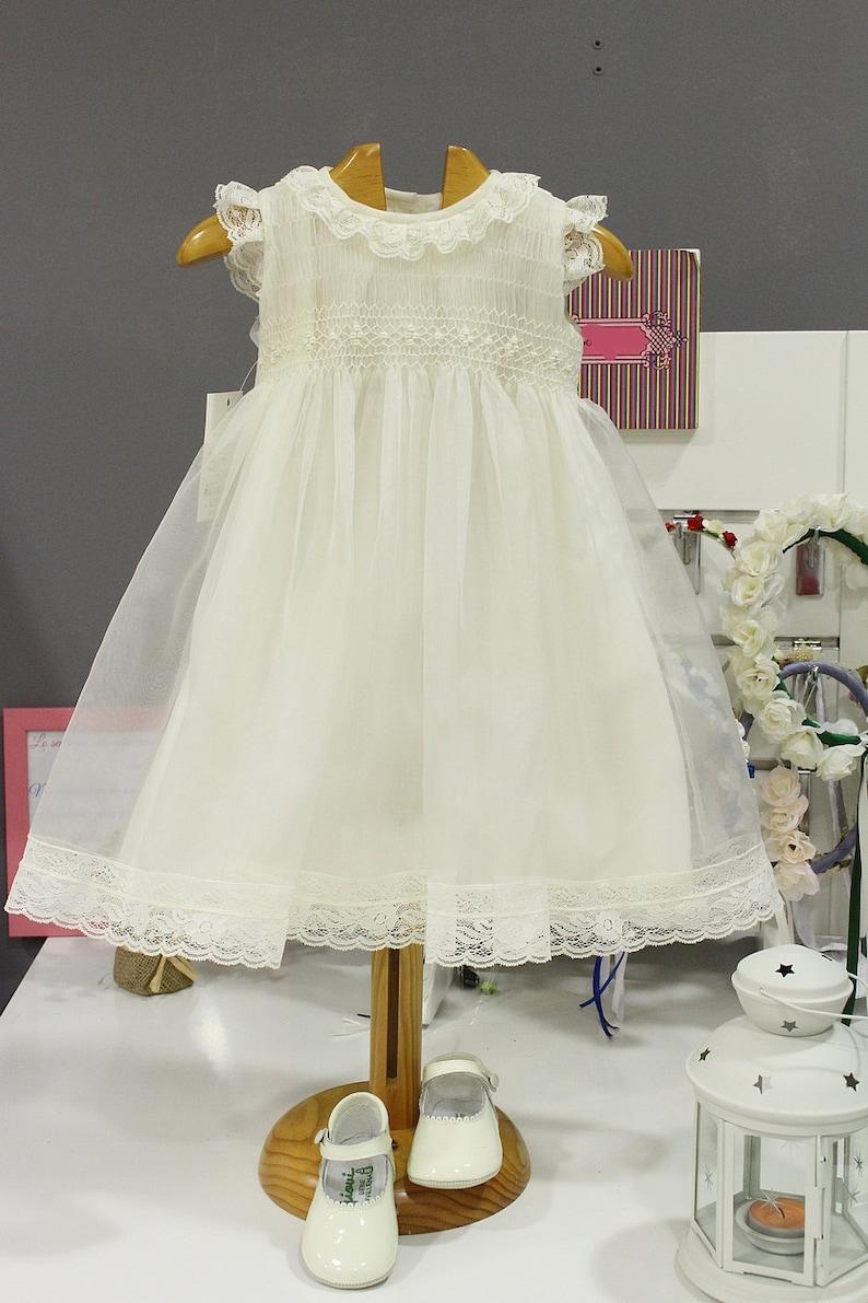 fdd6112b5 Vestido de bautizo para niña de organza marfil con puntillas