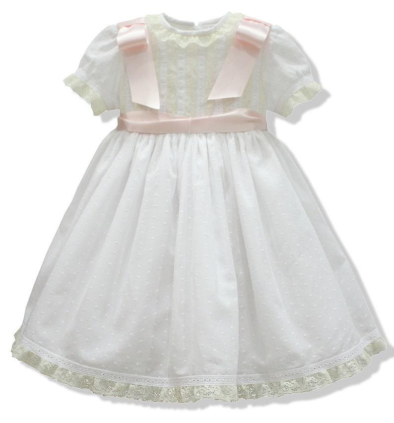 4fede4122 Vestido de bautizo en plumeti blanco. Adornado con puntillas