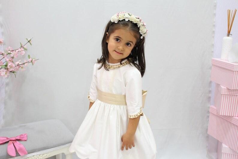 9bb8054e6 Vestido para niña de arras en seda marfil con adornos en