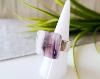 Ring fused glass, handmade in Quebec, handcrafted, adjustable, unique piece,pink,mauve.white
