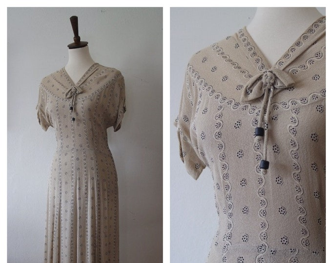 Vintage Late 1930s Textured Novelty Print Day Dress - 30s Beige Woven Rayon Floral Scallop Print Dress - Size Medium/Large
