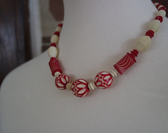 Vintage 1930s Carved Celluloid Beaded Necklace - Red Cream Trippy Necklace Design - Deco Necklace