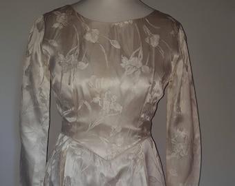 Vintage wedding dress 50s cream satin with embossed floral pattern Wedding dress - long sleeves - short midi length - size medium