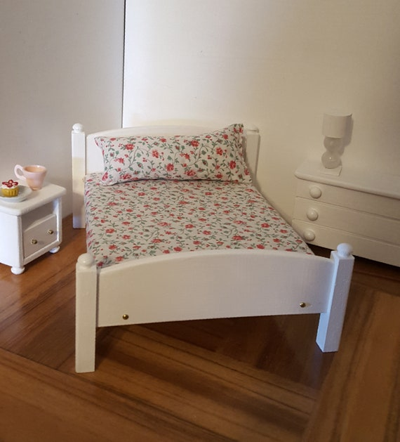 DOLLS HOUSE 1//12th SCALE  PINE SINGLE BED WITH FIXED MATRESS AND PILLOW
