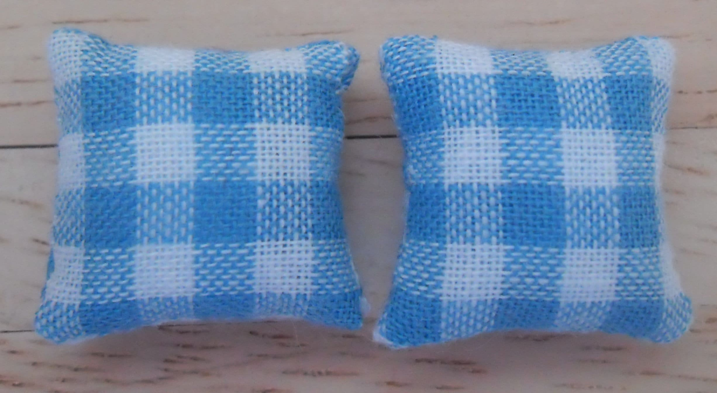 1//24th Scale Dolls House Cushions Blue /& White Check Pattern