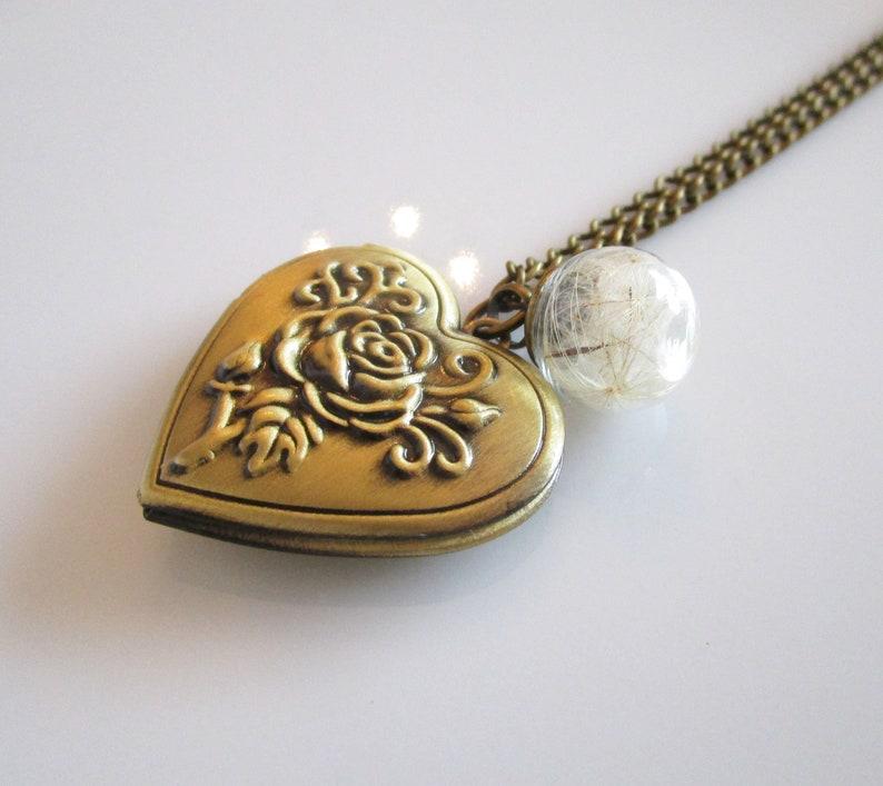 Medallion with pusteblumen