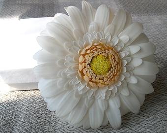 White gerbera hair clip. Bridal hair accessories. Clay flowers. White floral hair clip.