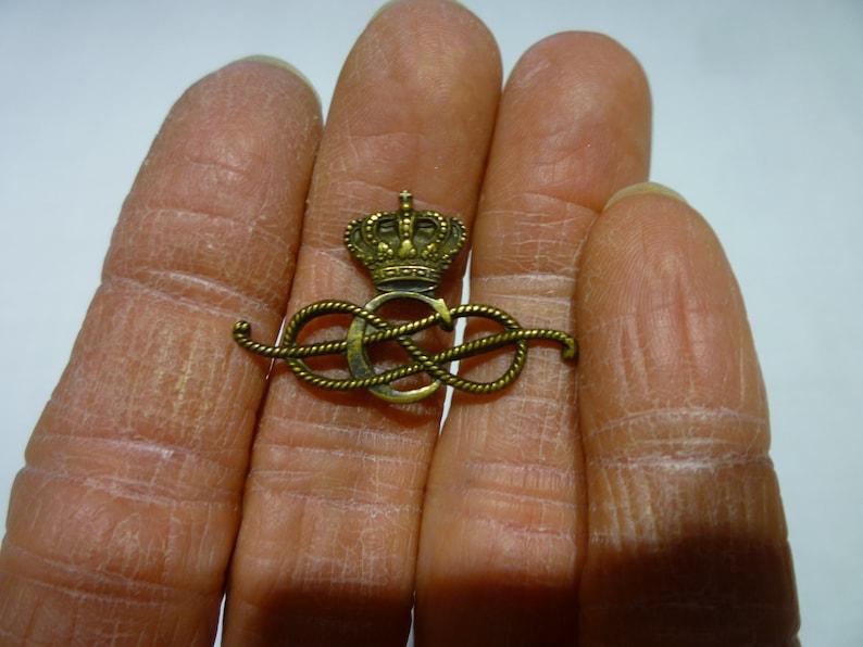 P69 Vintage Crown Above a Roped /'C/' Metal Decoration.