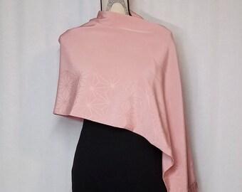 Vintage kimono wrap shawl - pale pink chirimen crepe silk with asanoha design