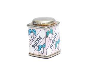 Vintage-Zucker Anhänger, Pastell rosa Miniatur Metall Zucker Sucre-Würfel-Küche-Charm-Anhänger, DiY Schmuck basteln, 1970er Jahre unisex Accessoire Geschenk
