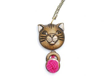 Vintage cat necklace, brown cat face pendant with pink ball of wool tassel, long brass tone chain, unique funny animal jewelry gift, 1980s