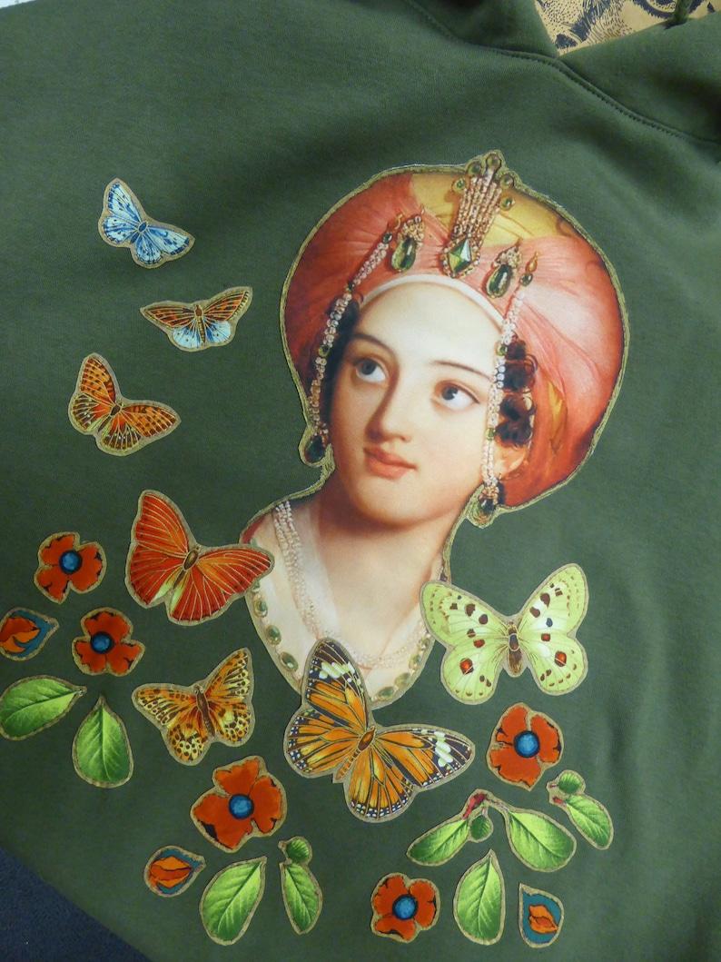 Sweat shirt à capuche kaki oversize princesse ottomane papillons et coquelicots baroque et bucolique