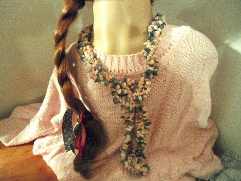 Natural Pink and Gray Opal Gemstone Chip Necklace measuring 18  inches in Excellent Condition Lovely Necklaces