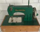 Child size Sew master Berlin Germany US Zone sewing machine hand crank Metal 1940 39 s collectible display wood base dovetailed