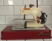 Child size Straco Jet Sew-O-Matic Red and Ivory sewing machine hand crank England Metal 1940 39 s collectible display
