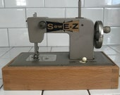 Child size Sew E-Z Berlin Germany US Zone sewing machine hand crank Battery operated Metal 1940 39 s collectible display wood base dovetailed