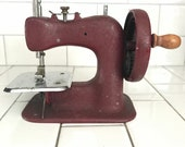 Child size Stitchmistress burgundy sewing machine hand crank heavy duty Metal 1940 39 s collectible display