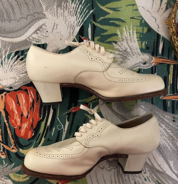 Vtg 1960s creamy mod oxford pumps //Hand crafted O
