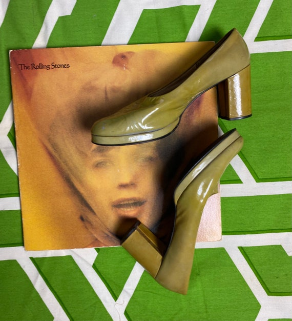 1960s avocado mod platform pumps /// patent leathe