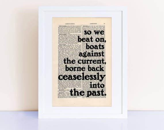 Le Grand Gatsby Le Magnifique Citation Impression Sur Une Page Ancienne Donc Nous Battre Bateaux Contre Le Courant F Scott Fitzgerald