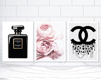 Set Von 3 Coco Chanel Noir Flasche Erröten Rosa Pfingstrosen Und Chanel CC  Kronleuchter Poster Drucke