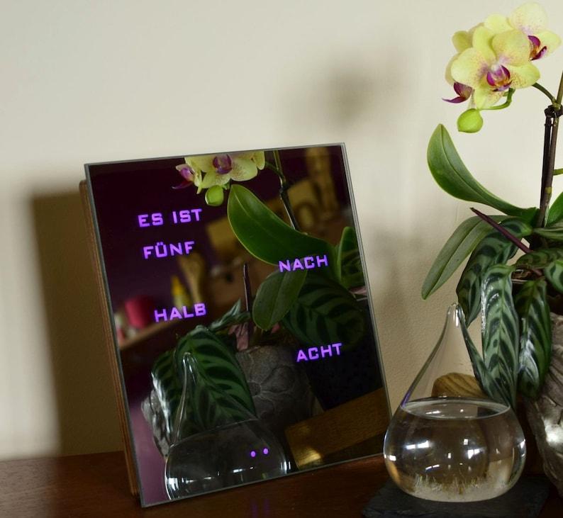 Horloge de mot multicolore - horloge miroir, RGB a mené Le Wordclock allemand, Deutsch Uhr, horloge de led, horloge électronique de bois, h'lzerne Uhr