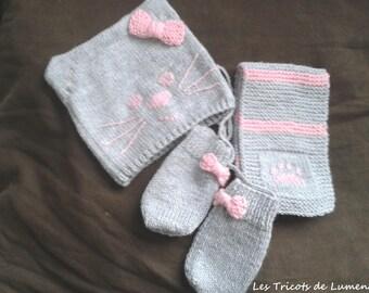 0666ae3509de Ensemble d hiver tricoté main pour bébé bonnet écharpe moufles chat  personnalisable, cache col gant bébé nouveau né idée cadeau naissance