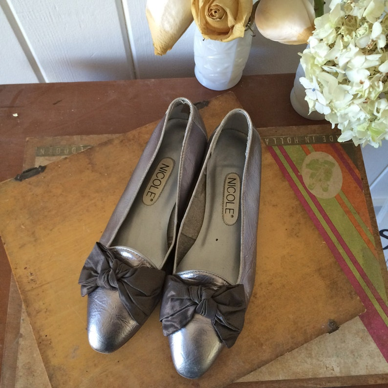 Vintage 80s Metallic Silver Flats  Slip On Slides  Bows on the Toes  Pierrot French Mime Chic  Made in Brazil  Women/'s Size 6.5 Medium