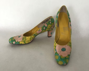 Vintage 50s-60s Mijji High Heeled Shoes / Pink, Green & Yellow Floral Print Pumps / Leather Soles / Women's Size 7.5 Narrow