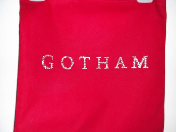 Cabas à la main, logo de Gotham