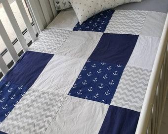 Couverture courtepointe doudou pour bébés - Grandeur bassinette - ancré de bateau - marin - chevron - gris