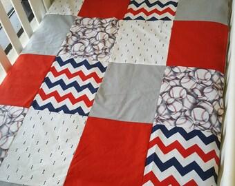 Couverture doudou coutepointe pour bébés - Grandeur bassinette - baseball rouge et bleu