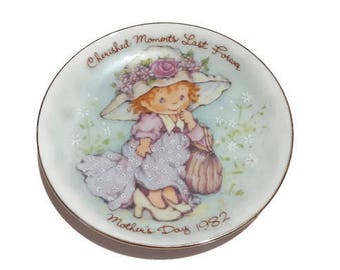Avon Cherished Moments Mothers Day Plate 1982 - Little Girl Playing Dress Ups - Plate Wall Hangings - Decorative Plate - Gift for Mum